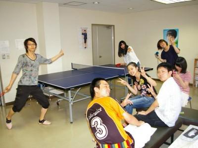 合宿仲間と娯楽室で卓球大会♪皆で楽しく遊べるゲームがあるのはうれしいですね。ここで友情を深めましょう!