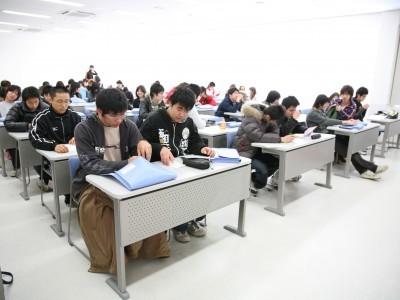 最新の設備を備えた教室で学科教習中。ゆったりとした座席はまるで大学の講義室のようです。