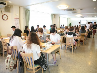 お昼時はこんな感じ。教習所食堂でおいしい日替り定食が用意されています。日替わり定食は飽きもこないし、おいしいと人気です!