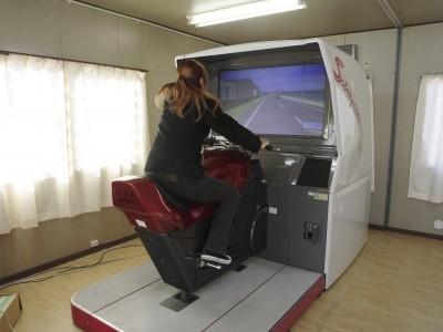シミュレーターは四輪だけでなくもちろん二輪用のものも完備。3Dの臨場感あふれる映像で教習を進められます♪