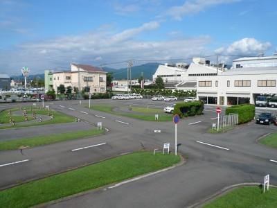手入れの行き届いた学校の教習コース。広々としたコースでリラックスしながら運転を楽しみましょう♪天気がいい日はコースから日本のシンボル・富士山が見えるので、やる気もさらにアップですね。