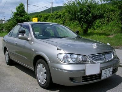 シルバーのクールな教習車。諏訪中央自動車学校では普通車以外の免許を取得できるため、他にもさまざまな車種の自動車を見ることができます!
