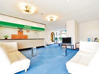 西尾自動車学校の合宿免許プランで泊まれる宿泊施設はビジネスホテル。明るく爽やかな色合いのロビーはリゾートホテルのよう!