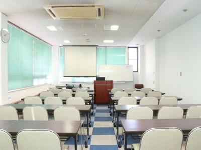 ブロックチェックの床がオシャレな西尾自動車学校の学科教室。大きなスクリーンもあるのでどの席でもしっかり教習を受けられます。