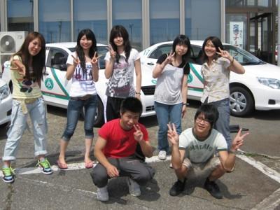 日本全国から集まった仲間と記念撮影♪合宿免許は通学教習と違っていろいろな地域の人と出会えます。これも楽しみのひとつですね!