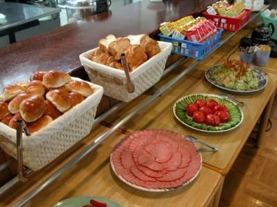 朝食バイキング<br/>昼・晩:日替わり定食<br/>コーヒー、ご飯、お味噌汁はおかわり自由です。
