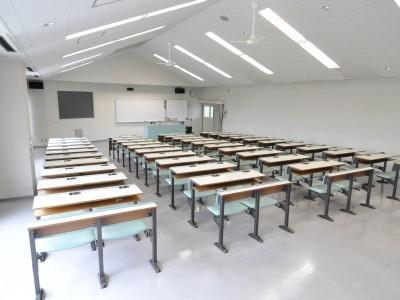 大陽猪名川自動車学校の学科教室は、後ろに座っても授業が見やすいように傾斜設計になっています。