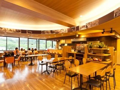 校内のレストランでは、食事はもちろん優雅なティータイムにも利用することができます!オヤツの時間にみんなでお茶をしながら、教習の復習をしている人も多いようです♪