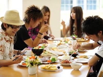 滞在中1回招待されるステーキ&ケーキディナーや卒業検定前日の合格プレートなどお楽しみ特典が満載です!