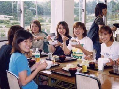 食事は学校内の食堂でとります。定食はボリューム満点で生徒にも人気です。