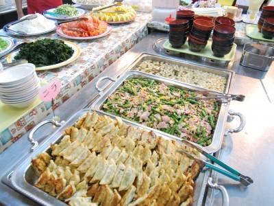 お食事はうれしいバイキング。毎日たくさんのメニューがあるので、食事の時間が楽しみになるはず! ご当地グルメの宇都宮餃子食べ放題も人気です。