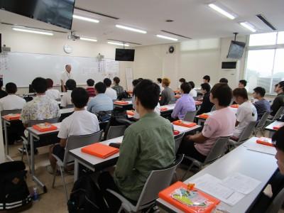 学科教室での授業風景です。指導員の声が聞き取りやすく、ビデオ教材も見やすいコンパクトな教室だから勉強にも身が入りますよ!