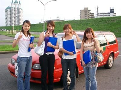 普通車以外にも大型車や大型特殊など、仕事に役立つ他車種の教習も行っているので、教習中には様々な車種を見ることができます。
