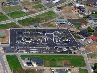 見通しの良いキレイな教習コースがマツキドライビングスクール白鷹校の自慢です♪自然あふれる風景の中にある教習コースは、広々とした庭園式コース。ゆったり爽快に運転!