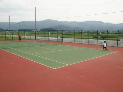 学校の敷地内には広いテニスコートも完備。座りっぱなしの教習で体がなまっちゃったかな?と思ったら、ここで思いっきり体を動かしましょう♪