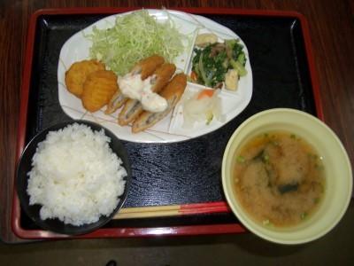 地元でも人気の食堂で3食沖縄の家庭料理を楽しめます。北丘自動車学校で沖縄ならではの味をお楽しみください。
