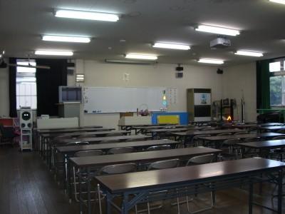 脇町自動車学校では、アットホームな雰囲気の教室で、ゆったりと学科教習を受けることができます。分からないことがあれば、気軽に指導員まで聞いてください。
