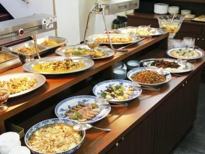 清潔感ある食堂ではバイキング形式の美味しいご飯が用意されています。 しっかり食べて教習に備えましょう!