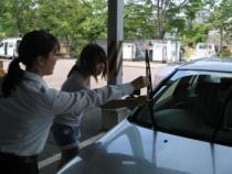 教官はとっても親切!初日から卒業まで、手取り足取り丁寧に教わることができるから、どなたもスムーズに運転を学べます。