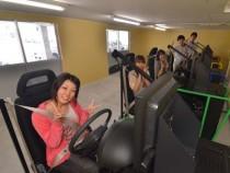 学校内には複数のドライビングシミュレーターを設置。数人まとめて教習を受けられます!だから短期間で教習を進められるんですね♪