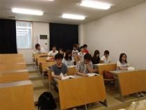 明るく、程よい広さの学科教室。常にコミュニケーションを図り、疑問や不安のない教習が受けられます。