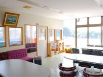 校舎2階の展望室は、明るくキレイで眺望も良く、女性にも人気。コースを眺めながら、ゆったりくつろげます。