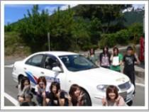 教習車を背景に記念写真! 合宿では人との出会いがたくさんあります!ぜひたくさんの友達をつくってください♪