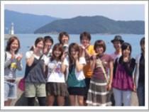 えびすビーチにて集合写真♪鯛釣りと倉岳大えびす像で有名な倉岳町にあるビーチで船の形をした海のレジャー基地があるんだとか・・・!
