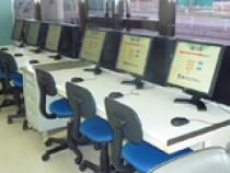 学科試験の練習用にパソコンを9台設置しています。空き時間などに自分のペースで勉強できますよ!