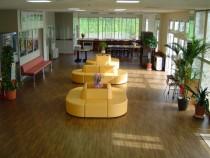 観葉植物がたくさんの広々としたロビーには、大きなソファやテーブルが並んでいます。ここで教習生によるブレイクダンスやライブが開催されることも♪