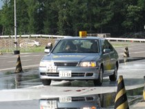 アイスバーン上での運転を疑似体験できるスキッドコースもあります!これで冬道の運転もばっちり!