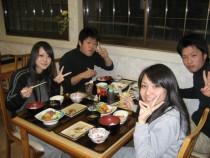 仲良く夜ごはん♪ 食事も充実してます。明日の教習もがんばるぞ!山形県産のお米を使ったおにぎりや定食も大人気です♪