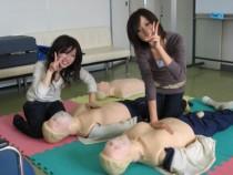 ゆとりのある教室で、応急救護教習もリラックスして受けられます。ダミー人形も複数体あるので効率よく教習を進められますよ。