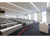学科教室はキレイで広々!たくさんの教習生で受けられます。