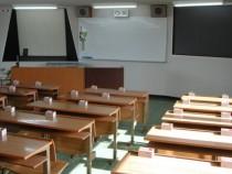 白根中央自動車学校の学科教室。大型のスクリーンやプロジェクター、スライドが備え付けられています。