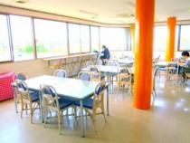 オレンジの柱が目を引く食堂は、採光面が広くていつも明るい♪美味しいご飯がさらに美味しく感じられるかも!友達とのおしゃべりもはずみそうですね。