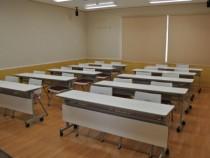学科教室はコンパクト。そのうえ大きなスクリーンがあるので、どこに座ってもビデオ教材がよく見えます。勉強がはかどりそうですね♪