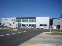 教習コースと共に2007年にリニューアルされた南湖自動車学校の校舎。大きなガラス窓がモダンな印象をかもし出しています。