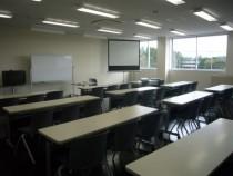 外観だけじゃなく教室だってもちろんキレイ!清潔感にあふれる教室で、気持ちよく学科教習を受けられます。