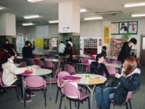 ピンクのイスが華やかなカフェ風の待合室。自習をしたり友達とおしゃべりをしたり、自由に過ごせます♪