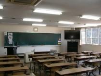 天井の高い学科教室は明るくて開放感もバツグン。窓から吹き込む福島の澄んだ空気を感じながら、快適に教習を進められます。