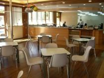 木のぬくもりを感じられる東亜自動車学校の待合室。空間にゆとりがあるので落ち着いて過ごせそうですね。