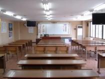 キレイな学科教室には、モニターが2つ!後ろの席に座っても、これなら画面が見えなくて困ることもありませんね。