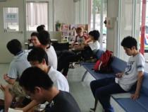 柳瀬橋自動車教習所の受付前のベンチは、いつも教習生で賑わっています。皆教科書を持って真剣に勉強していますね!