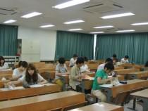 教室は広くて快適!スクリーンも大画面なので後ろの席でも問題ありません。机も階段状に並んでいるので見やすいですよ。