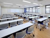 明るいフローリングに、白を基調としたゆとりのある学科教室。濃いブルーがアクセントになって清潔感あふれる印象になっています。