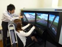シミュレータ体験中!先生もやさしいです♪トヨタならではの独自の教習カリキュラムで、質の高い教習を実施します!