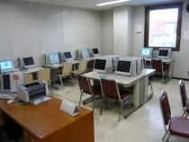 パソコンルームに用意された自習用パソコン。これだけ台数があればいつでも使えて便利ですね♪