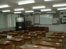 学科教室は広くて快適。階段状に並んだ机のおかげで、後ろの席になってしまっても前が見やすいのがうれしいですね。