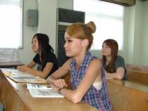 学科教室はコンパクト。指導員や液晶画面との距離が近いので、教習内容もしっかりと頭に入ってきそう。